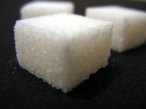 (La sacarosa se caracteriza por ser blanca y transparente)