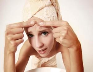 (El acné es una afección cutánea)