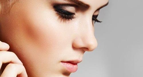 La forma de la nariz de las mujeres define los pechos